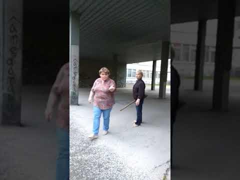 Злые бабки выгоняют из школьного двора