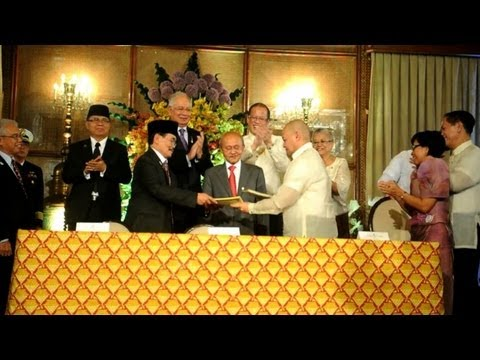 Philippines, Muslim rebels sign historic peace pact