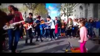 Niña baila - La pollera colorada  con Latín panas en Barcelona y la gente se vuelve eufórica