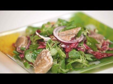 300 калорий: салат из зелени со скумбрией горячего копчения. Готовит Уриэль Штерн