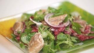 """""""300 калорий"""": салат из зелени со скумбрией горячего копчения. Готовит Уриэль Штерн"""