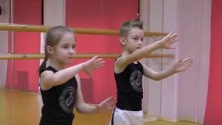 Ученики J-TOWN. Танцуют дети 7-8 лет. Урок современного танца.