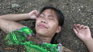 Primitive Life: Ethnic Girl Sleeping Meet Big Catfish At River - Catch Big Fish For Survival
