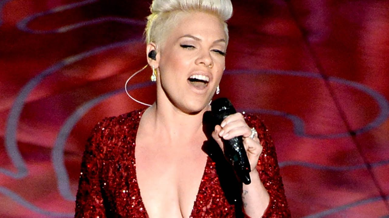 pink performs emotional quotsomewhere over the rainbow