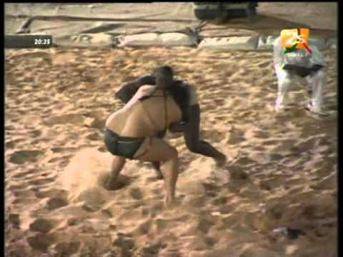 Lutte Sénégalaise - Senegalese Wrestling : Juan VS Daoul Kharé (18/03/11)