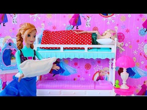 Elsa Birthday Party! Barbie, Anna, Rapunzel cooking cake DIY! 馃巰