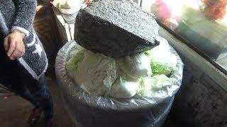 东北酸菜的腌制过程,用十几年前的大缸,这方法很少见了