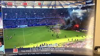 Amburgo retrocesso, i tifosi della squadra tedesca lanciano i petardi