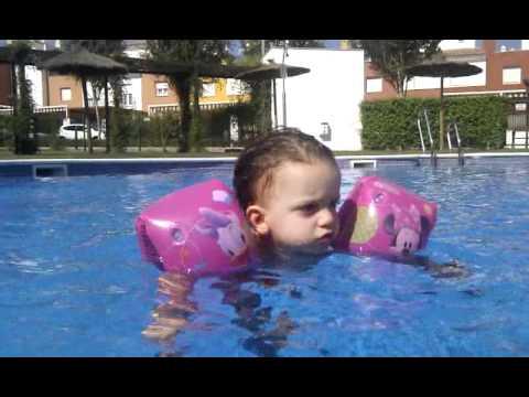 Abril con 18 meses con flotador bebe en piscina de for Piscinas bebes