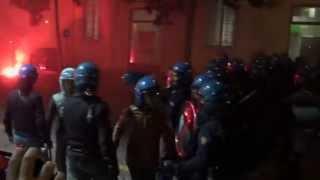 Bologna, polizia carica manifestanti. E gli agenti litigano tra loro