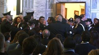 مصرية تهاجم جون كيري في إيطاليا.. وهكذا تعامل معها الأمن (فيديو)