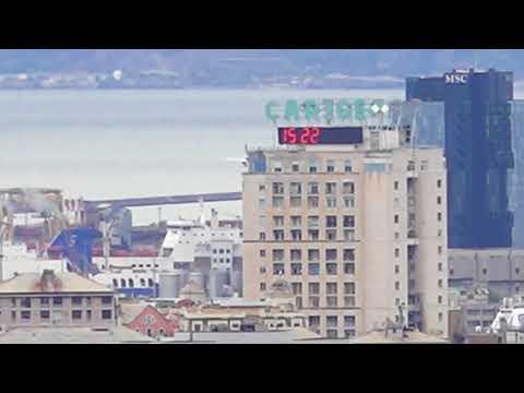 Da molto lontano la vista di un aereo tra i grattacieli di Genova...pronto per atterrare