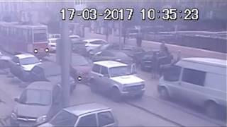 В центре Саратова агрессивный водитель напал с ножом на автоледи