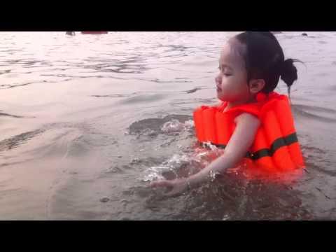 cá vàng bơi trong bể nước đồ sơn 2011 =))