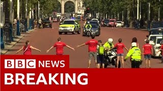 Protesters seek to block Mr Johnson's route  - BBC News
