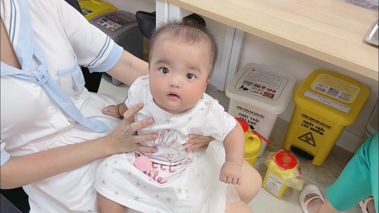 Biểu cảm siêu dễ thương của Cô Hai Bún Đậu khi đi tiêm ❤️ Gia Đình Mạc Văn Khoa