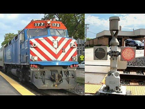 Metra traffic in Mount Prospect, IL - F40PH's + railroad crossings