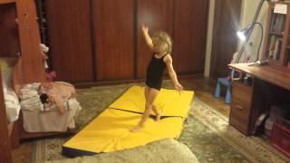 Анюта танцует!