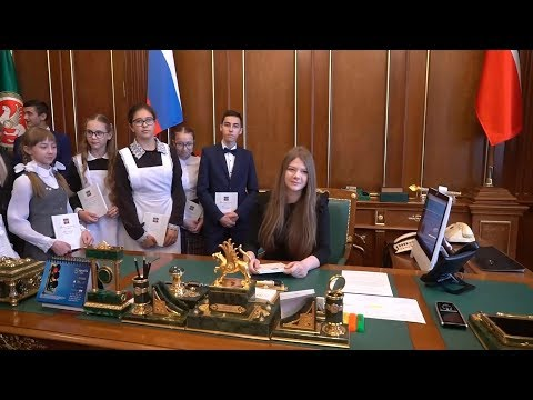 Минниханов посадил в президентское кресло детей
