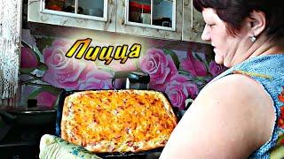 Стряпаем пицу, курица в духовке. Игривая собака))