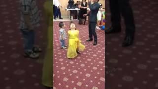Маленькая девочка классно танцует на свадьбе