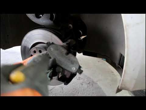 Замена передних тормозных колодок на Skoda Octavia 1,8 турбо Шкода Октавия 2013 года