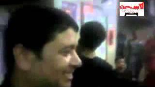 منقبة تضرب صورة مرسى بجزمة وترفع النقاب وتبصق عليه بطريقة هستريه