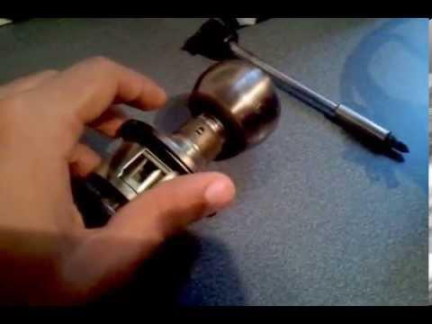 Como separar el extremo de una cerradura de pomo youtube for Como cambiar una puerta de interior