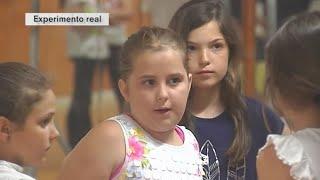 Una niña, rechazada por tener dos padres