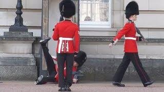 Quand la garde royale délire complètement (clashs, fanfare, chutes)