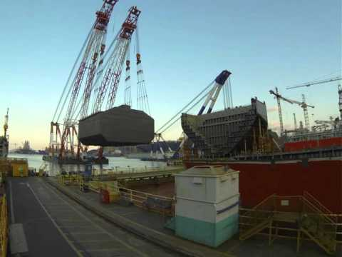 Floating crane fitting LNG tank in drydock - time lapse