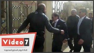 """بالفيديو.. مواطن لأحمد عز قبل بدء إعادة محاكمته: """"تحيا ثورة يناير"""""""