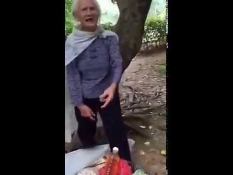 Oh my God ! a 97 yrs old Chinese lady climbs the tree like as a monkey 97岁老妇人如猴轻盈地爬树