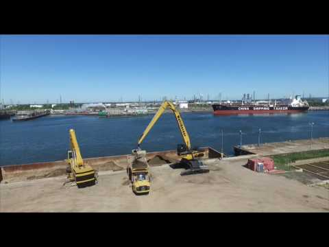 CH1100F at work unloading barge