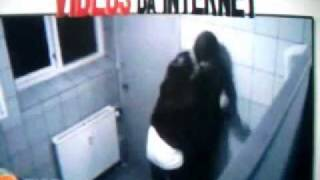 Repeat youtube video Sexo com garota no banheiro acaba mal