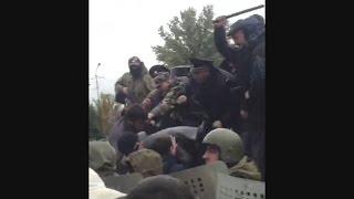 Встреча депутатов с избирателями и дубинками (Дагестан)(Жители Буйнакска заявили о том, что им не позволили встретиться со своими депутатами. 16 октября около 11..., 2015-10-16T14:49:07.000Z)