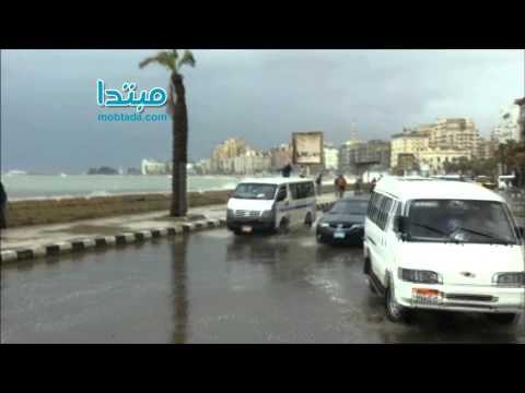 أمواج البحر المتوسط تغرق كورنيش الإسكندرية
