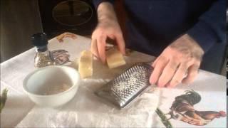 Zuppa Di Pane Con La Salsa Al Basilico, Formaggi E Uova In Camicia