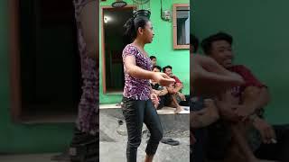 Seorang ibu pengendara motor tidak berhenti bicara karena latah saat kena raziah motor di Palembang,.