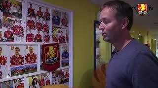 Hjulmand viser autograf-væggen på Nordsjællands Hospital