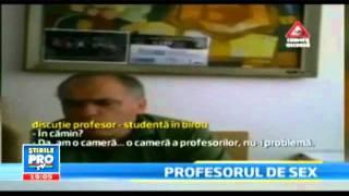 Романски професор снимен како бара секс од студентка