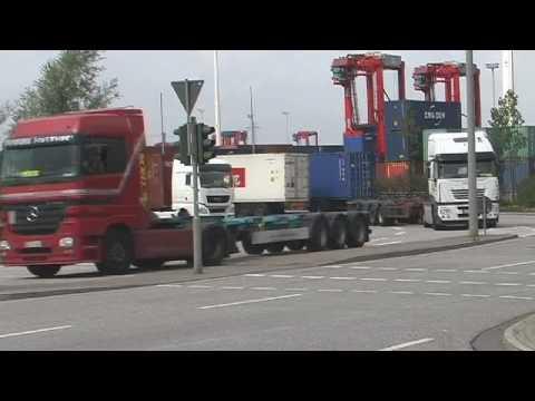 Schwerlastverkehr im Hamburger Hafen