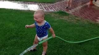 Смешные дети близнецы обливаются водой! Прикольные двойняшки!