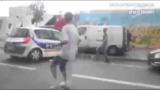 شاهد..جزائريين يهشمون سيارة شرطة فرنسية حاولت غقتحام أحد المساجد فى برايس