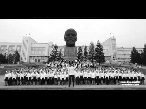 Смешаный хор Бурятии исполняют гимн республики на площади