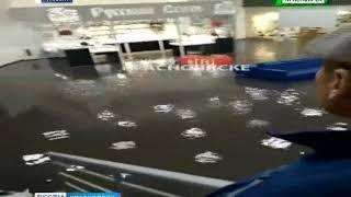 """В Красноярске ливень затопил торговый центр """"Мега"""""""