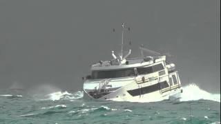 Traghetti sfidano il mare, la prua immersa nelle onde a Capri