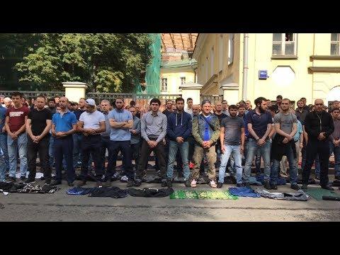 Смотреть Сотни мусульман вышли на несогласованную акцию в Москве онлайн