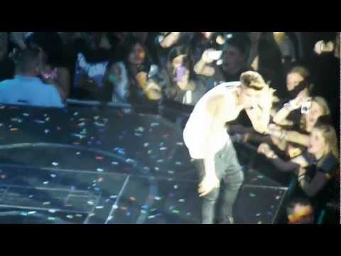 Justin Bieber Faints On Stage. London 02 Arena 07/03/13