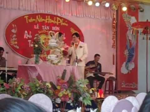 Chú rể Anh Tú hát tặng cô dâu Minh Trâm-Ayunpa.AVI